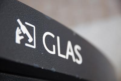 Glas forringes når det indsamles blandet med plastaffald